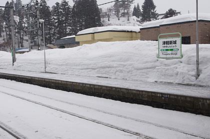 JR奥羽本線・津軽新城駅、雪に埋もれるホームと駅名標