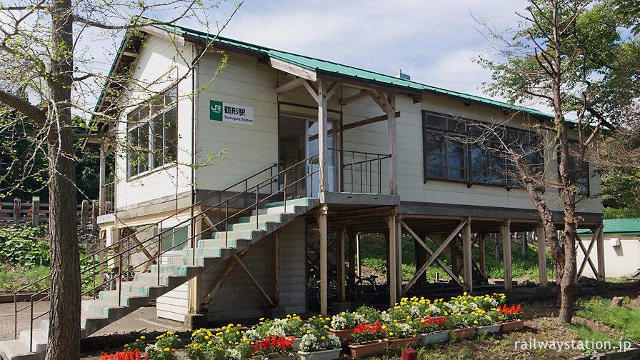 JR東日本奥羽本線・鶴形駅、戦後築の高床式の木造駅舎