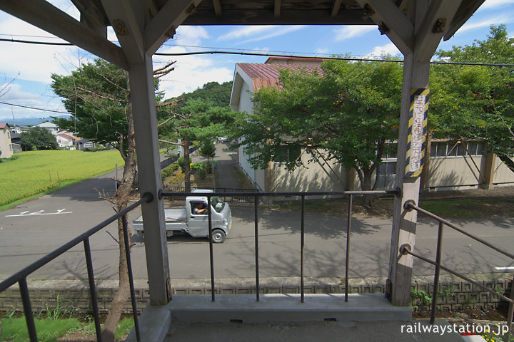 奥羽本線・鶴形駅、ベランダのような出入口から周囲を見渡す