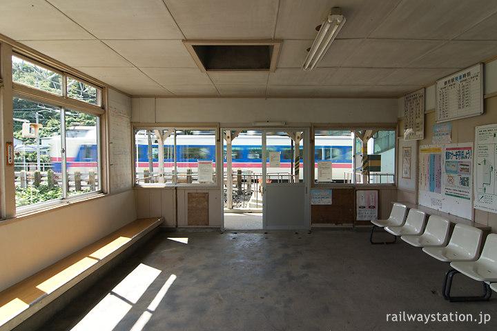 奥羽本線・鶴形駅の木造駅舎、広めの待合室