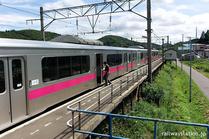 JR東日本・奥羽本線、鶴形駅に入線した701系電車