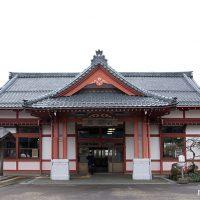 弥彦線・弥彦駅、彌彦神社を模した大正築の和風木造駅舎