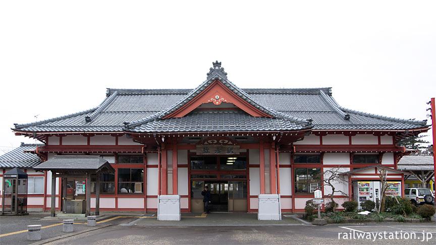 弥彦線の終点・弥彦駅、社殿風木造駅舎