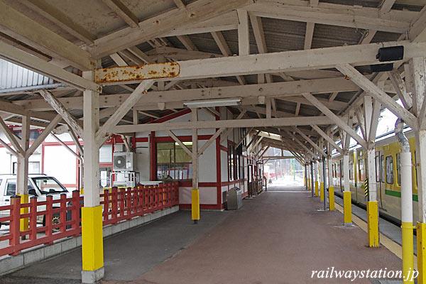 弥彦線・弥彦駅、古い木造上屋に広めのホーム。
