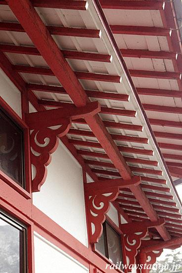 弥彦駅の木造駅舎、庇の持ち送りも和風