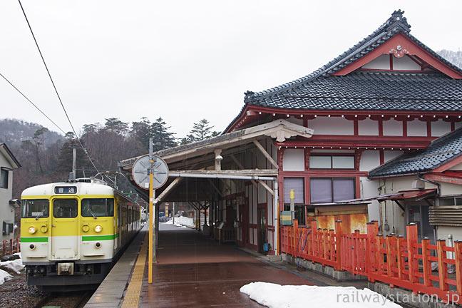 終点・弥彦駅に停車する「弥彦色」の115系電車