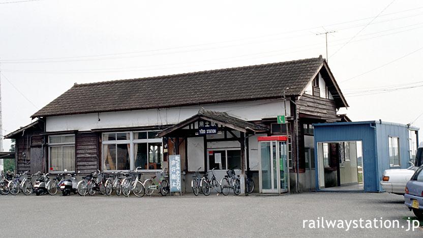 八高線・用土駅、使用停止となった木造駅舎が残る。横には仮駅舎