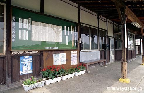 JR東日本・八高線・用土駅、木造の旧駅舎。壁に俳句が掲示されている。