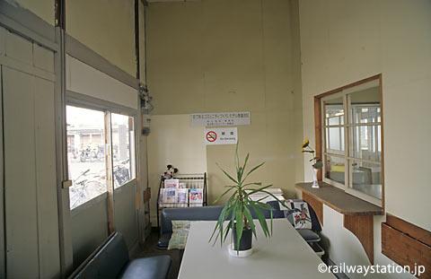 JR八高線・用土駅、すっかり改修されたかつての待合室