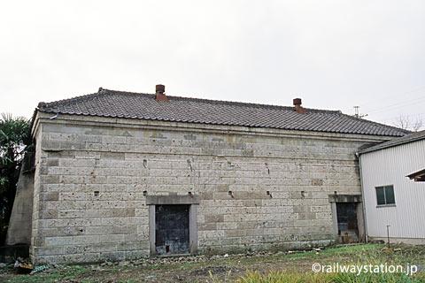 埼玉県寄居町、JR八高線・用土駅前。古い石造りの農業倉庫
