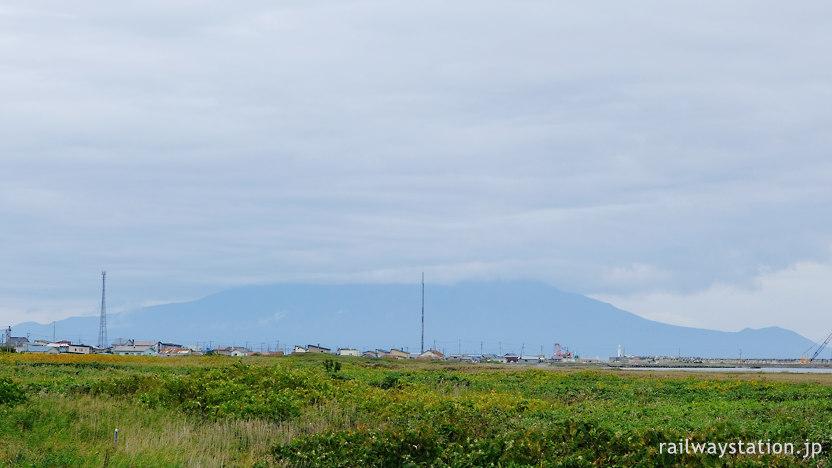海側の抜海市街地と背後にそびえる利尻島・利尻富士