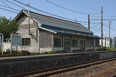 宗谷本線・抜海駅、最北の木造駅舎の風格感じる風景