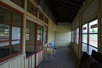 宗谷本線・抜海駅の木造駅舎、ホーム側の風除室