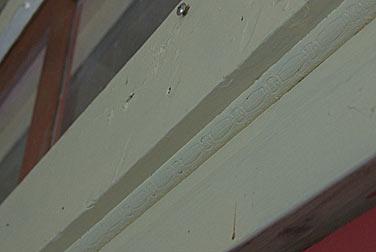 宗谷本線・抜海駅の木造駅舎、壁の継ぎ目を塞ぐ木の装飾