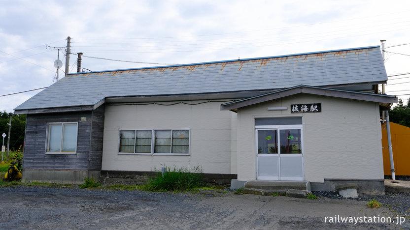 宗谷本線、最北の無人駅で木造駅舎がある駅として人気の抜海駅