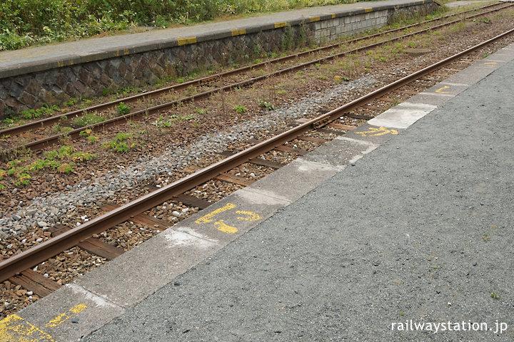 宗谷本線・抜海駅ホーム、ペンキによる「たしかに」の書き込み