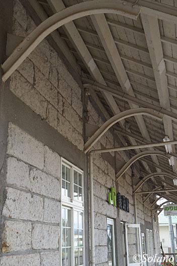 富良野線・美駅駅、軒柱の古レール