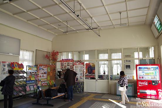 JR北海道・富良野線・美瑛駅、待合室がある駅舎内部