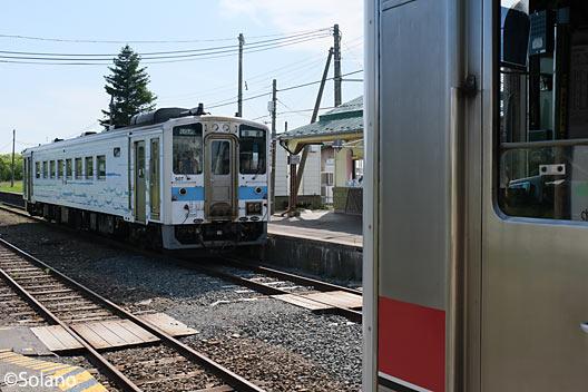 単線の根室本線 (花咲線)・茶内駅ですれ違うキハ54