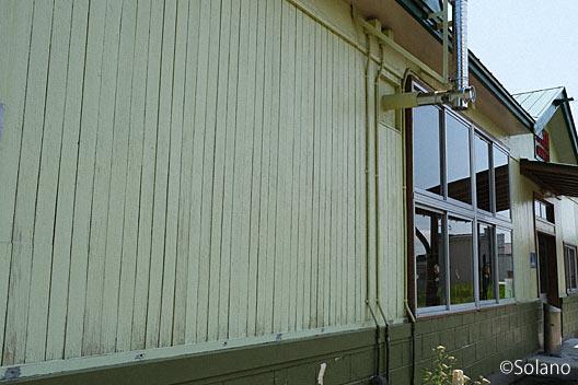 根室本線(花咲線)・茶内駅の木造駅舎、縦板張りの外壁