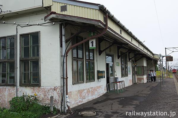 函館本線・江部乙駅の木造駅舎、縦長の二重窓が北海道らしさ感じる