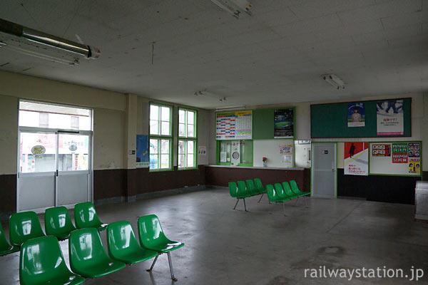 函館本線・江部乙駅、広い待合室