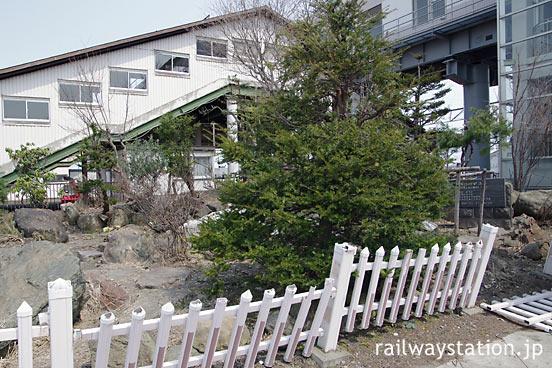 JR北海道・函館本線・留萌本線の深川駅、駅舎横の庭園風の一角