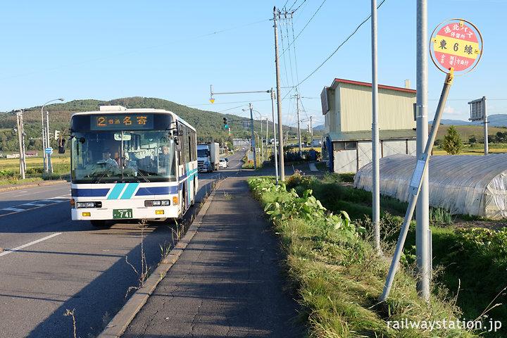 東六線駅近くのバス停留所・東6線と道北バス