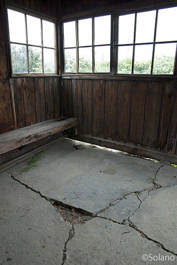宗谷本線・北星駅、古色蒼然とした待合室内