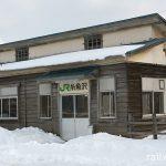 厚岸町、根室本線(花咲線)、屋根が個性的な糸魚沢駅の木造駅舎