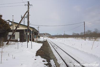 根室本線(花咲線)、雪に包まれた糸魚沢駅プラットホーム