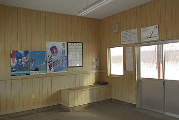 根室本線(花咲線)・糸魚沢駅の木造駅舎、塞がれた窓口跡