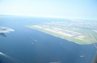 離陸したJAL女満別行き、羽田空港を見下ろす