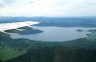 女満別空港着陸直前、屈斜路湖を見下ろす