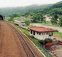 JR北海道・石勝線・楓駅、早朝、3番ホームから出発する1日1本の列車