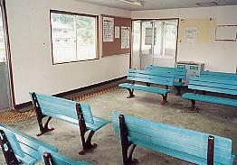 JR北海道・石勝線・楓駅、3番ホーム上簡易駅舎の待合室