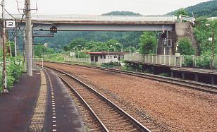 JR北海道・石勝線・楓駅、2番ホームから見た駅舎と跨線橋