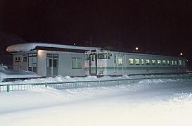 1990年代前半、ある冬に訪れた時の楓駅。夜の列車。