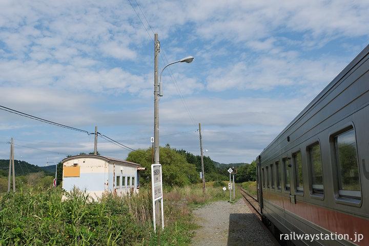宗谷本線・上幌延駅、貨車廃車体駅舎がポツンとあるだけの無人駅
