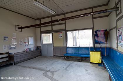 JR石北本線・上白滝駅の木造駅舎、待合室