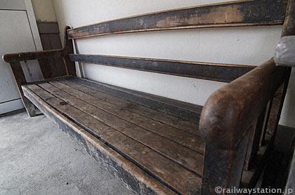 JR石北本線・上白滝駅、待合室に置かれた古い木のベンチ