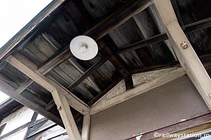 石北本線・上白滝駅の木造駅舎、車寄せの笠付き裸電球