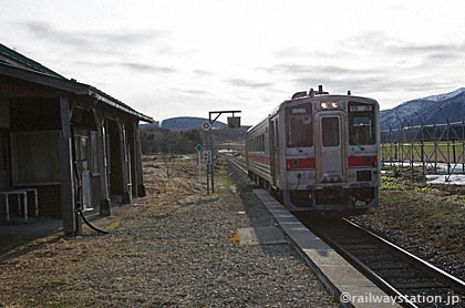 JR石北本線、キハ54の特別快速きたみ号が上白滝駅を通過