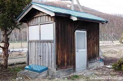 JR石北本線・上白滝駅、古い木造トイレ