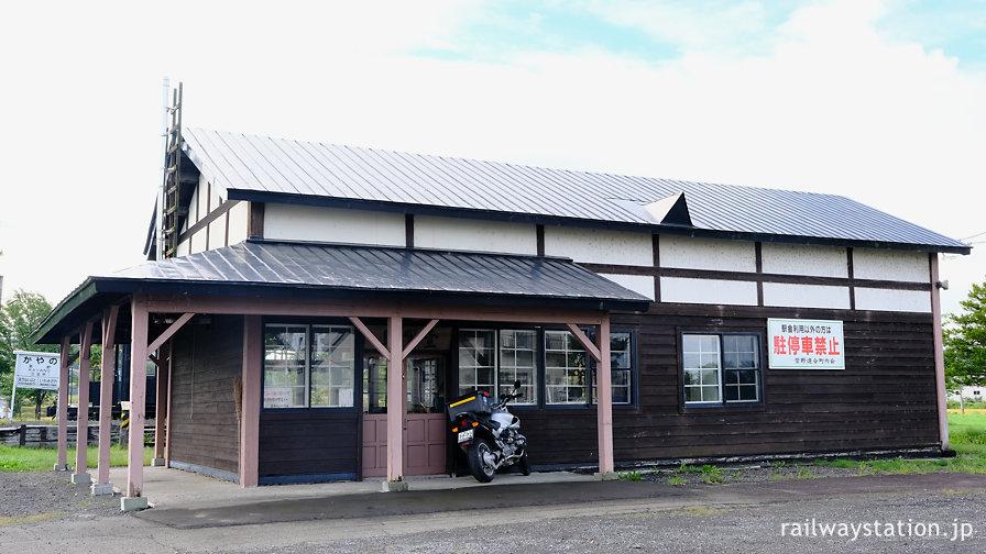 JR北海道幌内線・萱野駅、廃線後はライダーハウスになった木造駅舎