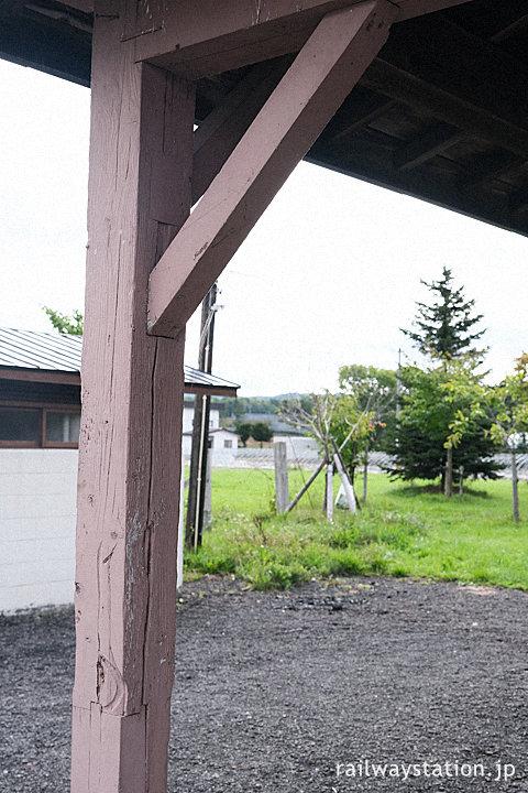 幌内線・萱野駅駅舎、長い歴史感じさせる軒の柱