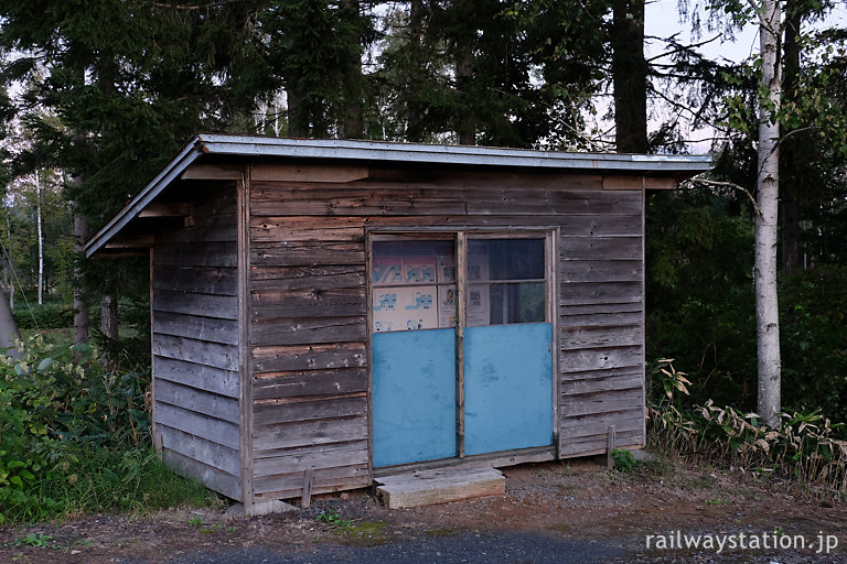 宗谷本線・北剣淵駅、簡素で古色蒼然とした待合室