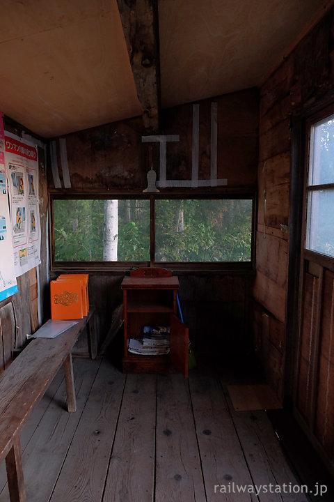 JR宗谷本線・北剣淵駅、木造待合室の内部