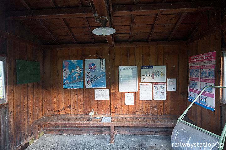 石北本線・旧白滝駅、古色蒼然とした木の質感溢れる待合室