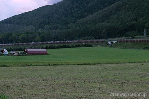 JR石北本線・旧白滝駅、近くの牧場と旭川紋別自動車道